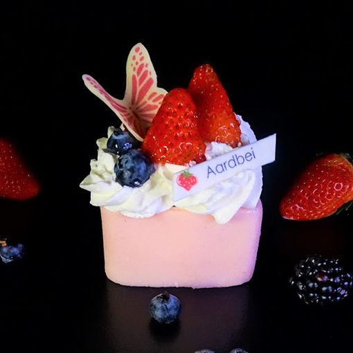 Afbeelding van Aardbeien Marsepein Gebakje