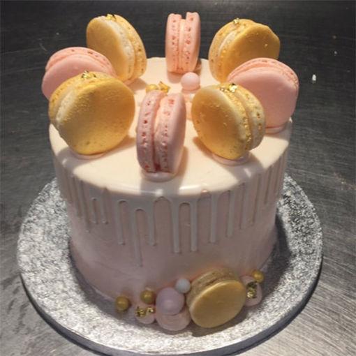 Afbeelding van Driptaart caramel afgewerkt met macarons en fruit