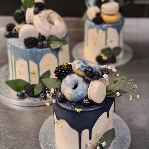 Afbeelding van Driptaart de lux afgewerkt en mooi gedecoreerd met donuts en macarons
